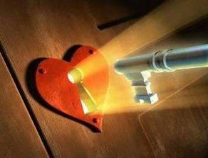 Samo jedan mali ključić koji se čuva oko vrata, u nedrima, vodi do nežnog srca, ovaj  narcisoidan sigurno ne...