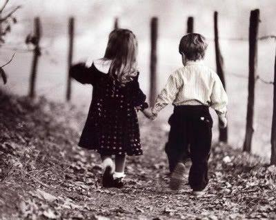 Drzite za ruku osobu koja vas voli,bolje i sigurnije je nego da ocekujete da ona drzi vasu...