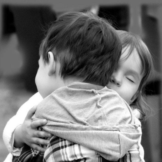 Ma sta nemoj pokazivati emocije.Pokazi,nek  se mrdne bezosjecanja  dusa  od kolicine tvoje ljubavi..